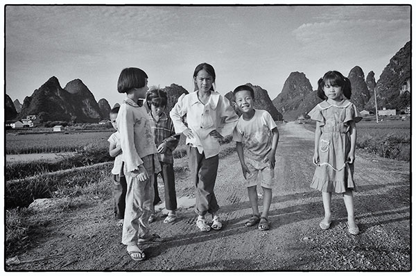 Children on a country road in China